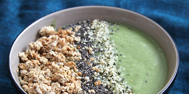 Green smoothie bowl con aguacate, kale y plátano
