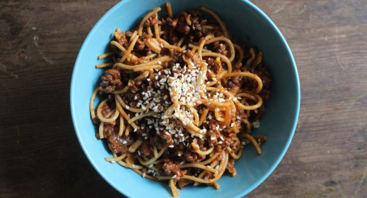 Bol azul con espaguetis a la boloñesa vegana